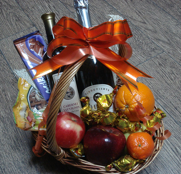 Basket with Wine, Champagne and Fruits - wholesale